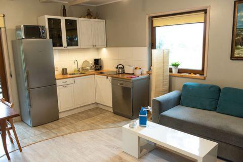 Komfortowy dom o powierzchni ponad 90 m malowniczo położony na dużym, zagospodarowanym zielonym terenie. Dom posiada piękny salon z kominkiem, jadalnię, kompletnie wyposażony aneks kuchenny - (lodówka, płyta indukcyjna, zmywarka, garnki wraz z komple...