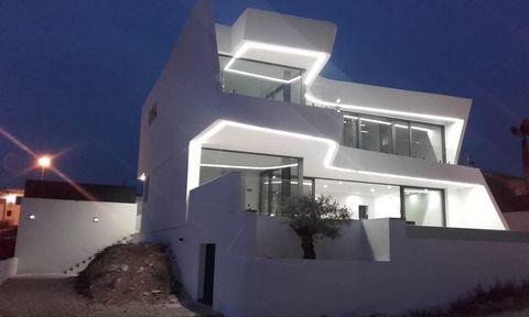 Villa nueva de estilo moderno, construida sobre una parcela de terreno de 950 m2. La casa tiene un total construido de 400 m2, y una superficie útil de 303 m2 habitables. Planta baja se encuentra el hall de entrada un gran salón comedor con cocina ti...