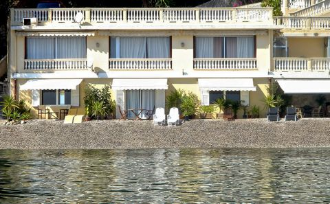 Located between Nice and Monaco. Exceptional situation, one of the very rare houses, on the Riviera, directly (posed) on the beach. Panoramic fairy-like sight 180°, vis-a-vis the sea. Southern exposure. Absolute calm and serenity. View on the small m...