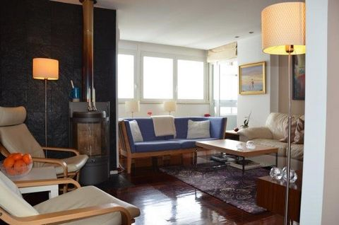 Three-bedroom apartment with sea view. Refurbished in 2000. Apartment with fireplace and air conditioning in all rooms. High end appliances