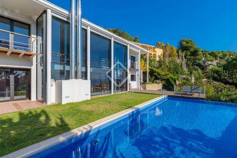 Se trata de una villa de estilo moderno con grandes ventanales y amplias estancias. Es una villa de tres alturas: la planta baja tiene acceso directo al jardín, la piscina y la zona de ocio; la planta superior alberga la zona de descanso; y la planta...
