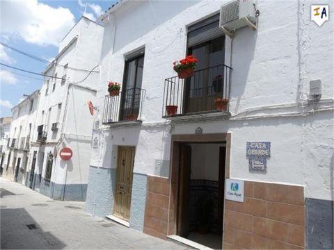 Esta casa familiar grande y bien presentada se administra actualmente como un exitoso Bed and Breakfast, con licencia de Casa Rural y está situada en la popular e histórica ciudad de Alcalá la Real en la región de Jaén de Andalucía. Recientemente ref...