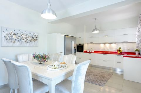 Newly built villa for sale in Crete. The villa has a total area of 140 sqm and is located on a plot of 2000 sqm and was built in 2012. More specifically, it is a ground floor and consists of living room, dining room, a large kitchen and a small, one ...