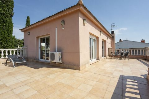 This holiday home with private pool in El Vendrell is ideal for a holiday with a large group. The region where El Vendrell is located is known for the Cava that is produced here. Water park Aqualeon or amusement park Port Aventura are also highly rec...