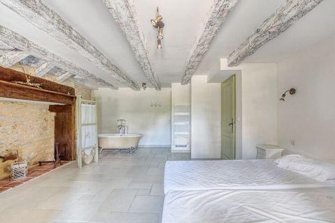 Cette jolie maison de vacances à Dégagnac contient vraiment tous les ingrédients pour des vacances réussies. Il est adapté aux enfants et équipé de 3 chambres, d'une piscine et d'un jacuzzi. Idéal pour passer d'agréables vacances en famille, la régio...