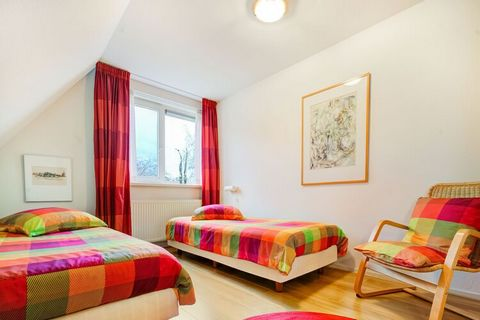 This quietly located apartment with rural view can be found in Noordwolde. There is 1 bedroom, which makes it perfect for a romantic holiday with your loved one. Around the house, you'll find green surroundings with cows grazing in the meadows. The s...