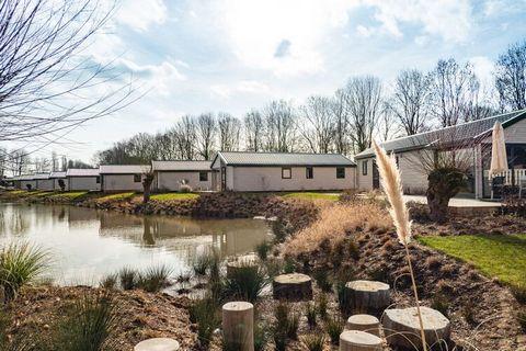 Dit vrijstaande, gelijkvloerse en moderne chalet staat op het gloednieuwe (2021) Resort aan de Maas, aan een zijtak van de gelijknamige rivier, vlakbij Kerkdriel. Het chalet is comfortabel en gezellig ingericht. Er is een woonkamer met TV en een open...