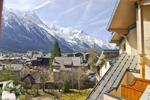 Beautiful apartment of 85m ², on the 4th floor (with elevator). The residence is located 200 meters from the Savoy slopes and 300 meters from the center of Chamonix. From the terrace you have great views of the Mt Blanc, Parking and ski storage inclu...