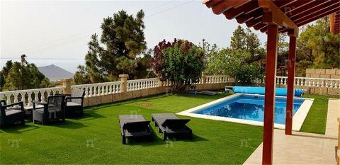 Referencia: 03239. Se vende magnífica casa en Arafo, en el mejor valle de las uvas de Tenerife. La casa se encuentra en un lugar aislado, grande, luminoso con magníficas vistas al océano. Totalmente reformado. Suelos de parquet de roble, nueva cocina...