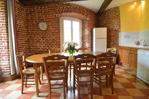 Middle house (150m2) on the beautiful terrain of the old abbey, which stands on the list of historic buildings. It is located outside a town, on the countryside, with all sorts of amusement possibilities: cycling, hiking, a day to the beach of Merlim...