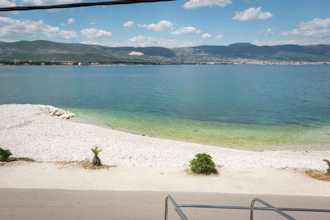 This is a luxurious 3-bedroom holiday home in Arbanija. It has a Jacuzzi for relaxation and is perfect for a seaside vacation with family.The home is 4 km away from picturesque town of Trogir. The sea beach with its crystal-clear waters is just 10m a...