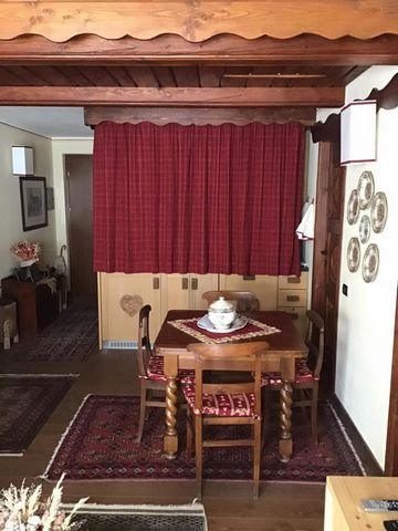 Courmayeur - Courmaison: panoramic two-room attic with mezzanine, 5 beds, overlooking a balcony with a splendid view of Mont Blanc. The apartment has a living room with balcony, kitchenette, large double bedroom, bathroom with tub. A characteristic m...