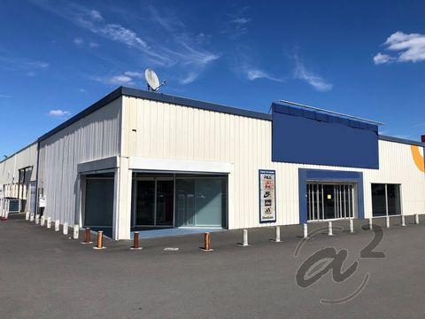 Lot avant : Local commercial de 865m2 environ, idéalement situé dans une zone d'activité de JARNAC. Avec son parking de plus de 1 600m2 devant l'entrée du magasin, auquel vient s'ajouter un parking latéral pour le personnel de plus de 180m2, le bien ...