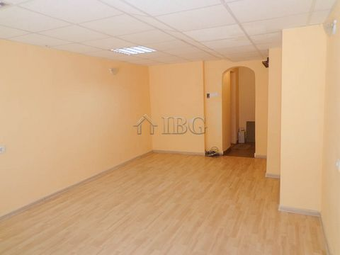 Ruse. Renting in the center of Rousse IBG Real Estates rents a premise on the ground floor in a residential building in the center of Rousse. The property has an area of 25 sq.m. there is a sanitary unit, wiring for security and internet. The vatry i...
