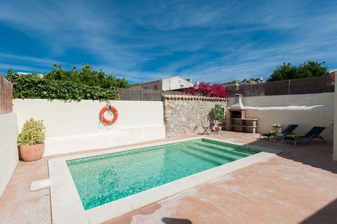 Encantadora casa de pueblo con piscina en Campanet, muy cerca de la Tramuntana e ideal para 8 personas. A la casa pertenece una piscina privada de sal de 6 x 3 m y con una profundidad que va de 1.40 m a 1.70 m. Aquí pueden refrescarse, descansar en u...