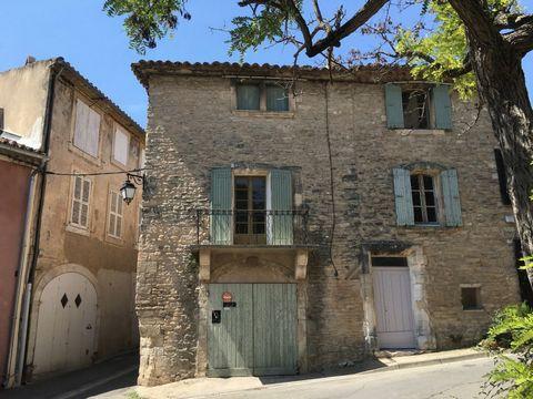 Maison de caractère, du 17ème siècle, située en plein coeur historique du village, exposée Sud Est à proximité de tous commerces. Cette maison, sur 3