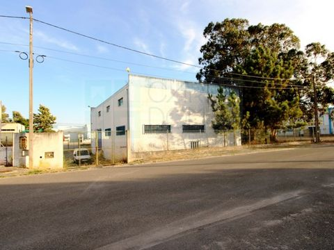 Industrial warehouse in Vale do Alecrim Industrial Park, Palmela. Warehouse of 2 floors with measures approximately 25 meters by 16 meters. The large ground floor with a height of 5 meters and the 1st floor with approximately 3 meters. On the 1st flo...