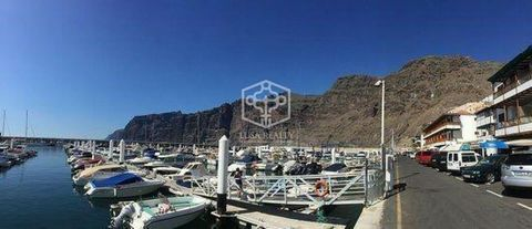 In the first line of the marina of Los Gigantes commercial premises of 81 m2 for sale. In the port the commercial premises are in Government Concession and specifically the duration of the concession of this property is until 2055. The premises are s...